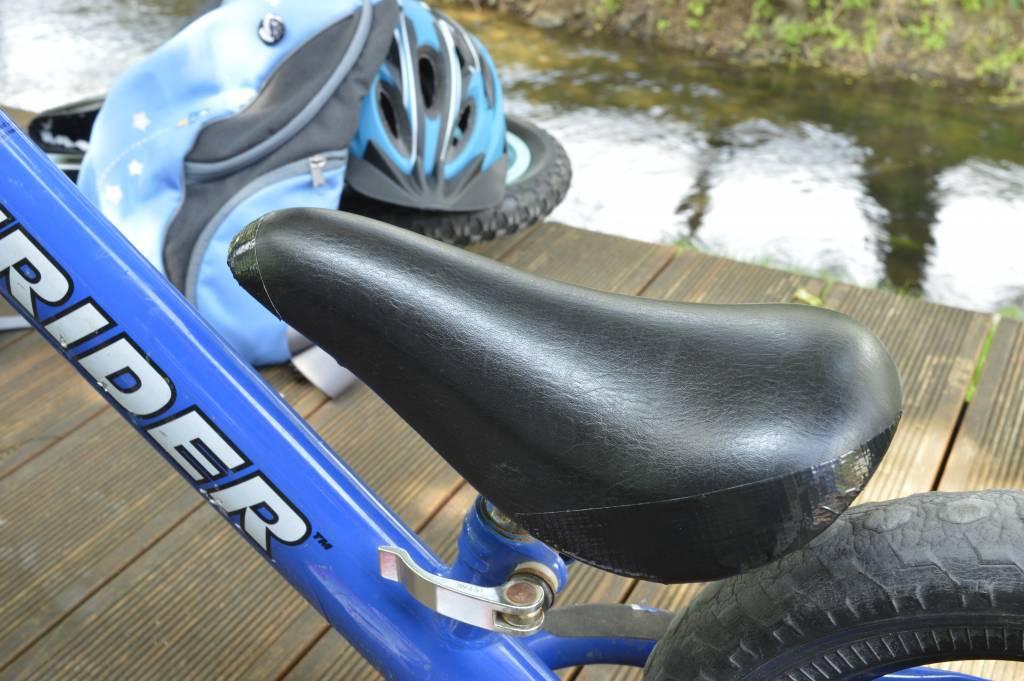 Siodełko rowerowe z taśmą naprawczą tesa