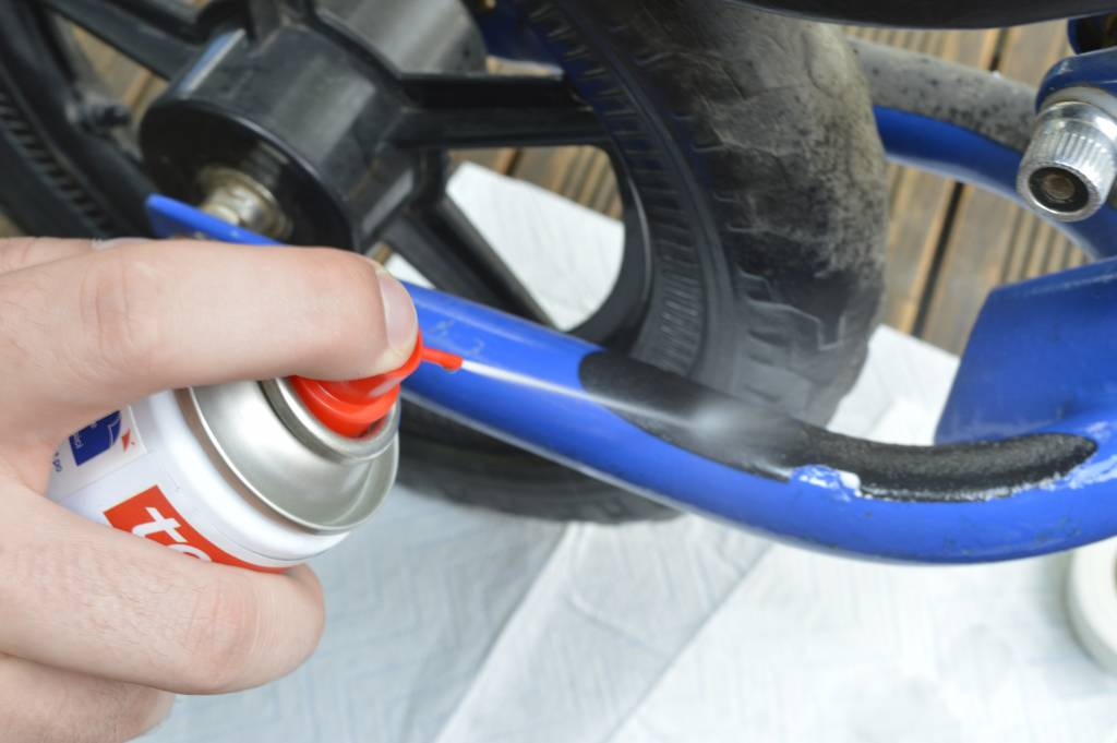 Zmywacz w sprayu tesa do usuwania resztek kleju, tasmy i etykiet