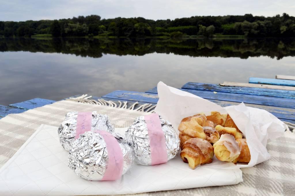 Pakowanie kanapek na poranny piknik