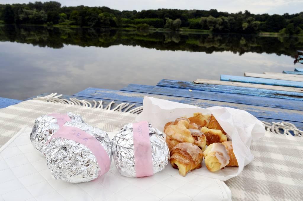 Pyszne śniadanie nad jeziorem