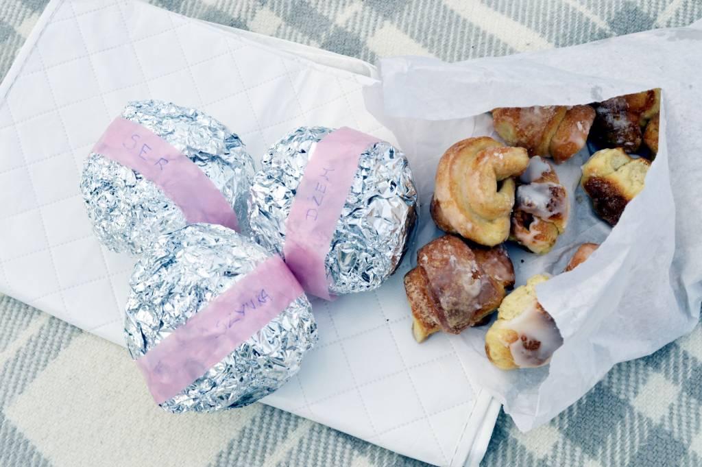 Pyszne kanapki na piknik z odpowiednim opisem