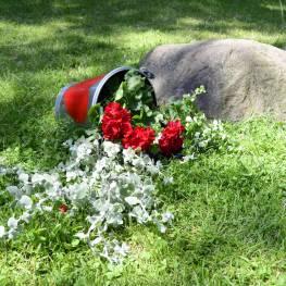 Dekoracyjne wiadro z kwiatami