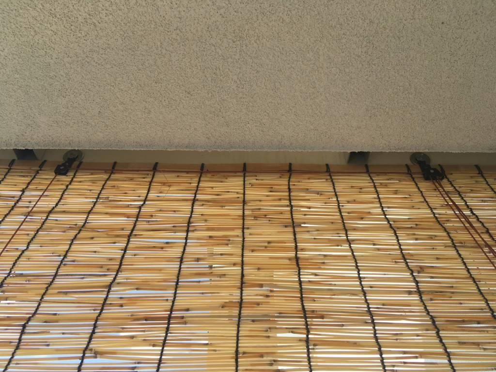 Montaż rolety na balkonie z użyciem śruby samoprzylepnej tesa