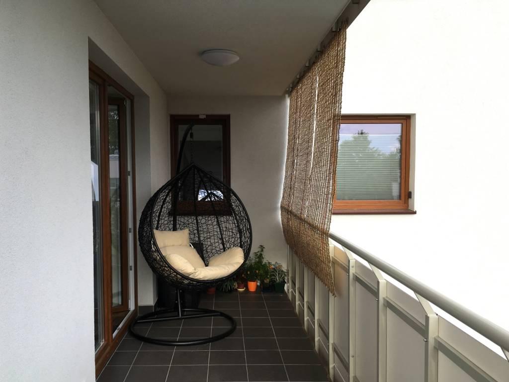 Montaż rolety na balkonie