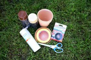 Jesienne grzyby z doniczek - potrzebne rzeczy: doniczki, farby, taśma montażowa