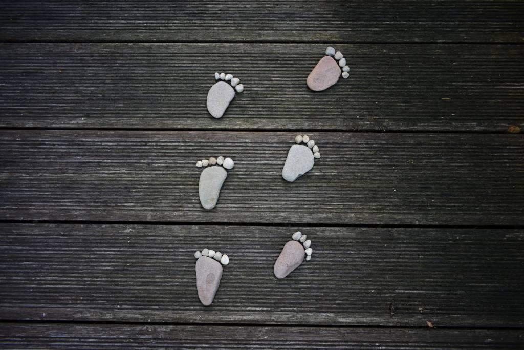 Ślady stóp z kamieni