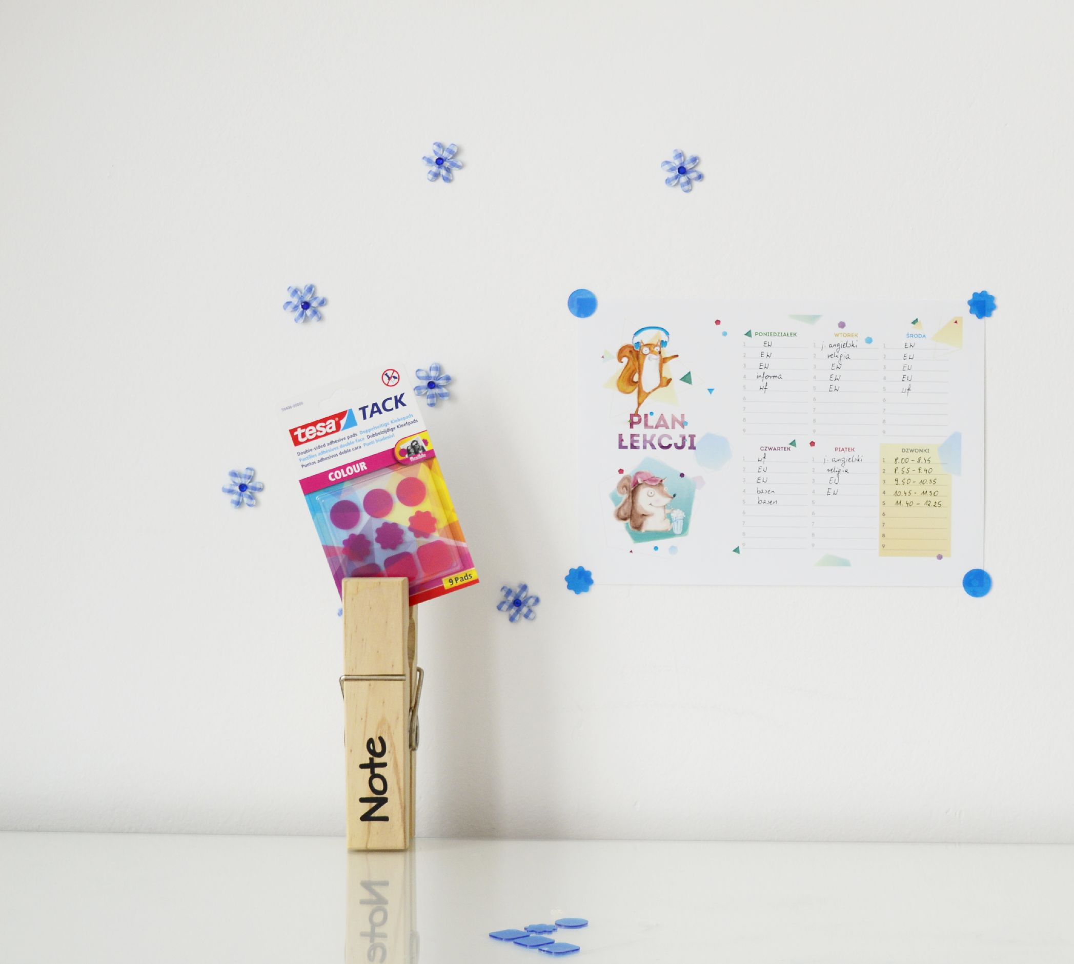 Plan lekcji mocowany na niebieski płatek tesa TACK