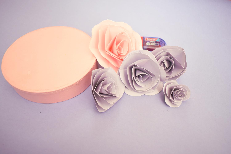 Róże z papieru w różnych rozmiarach