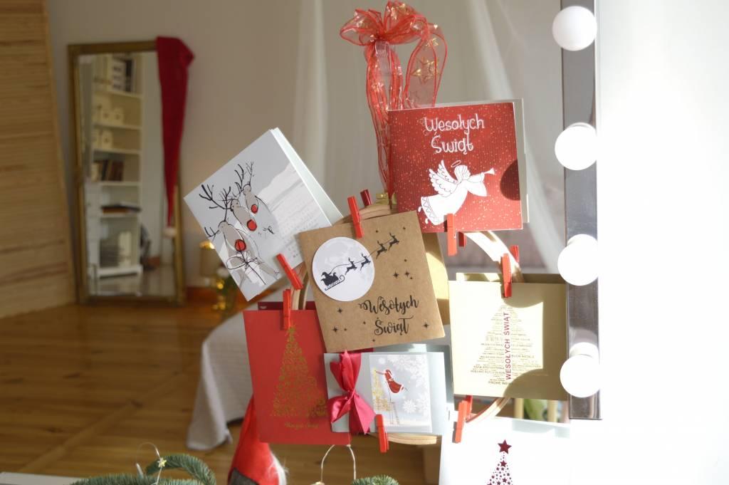Kartki świąteczne elementem wyjątkowej dekoracji w domu a nawet w biurze