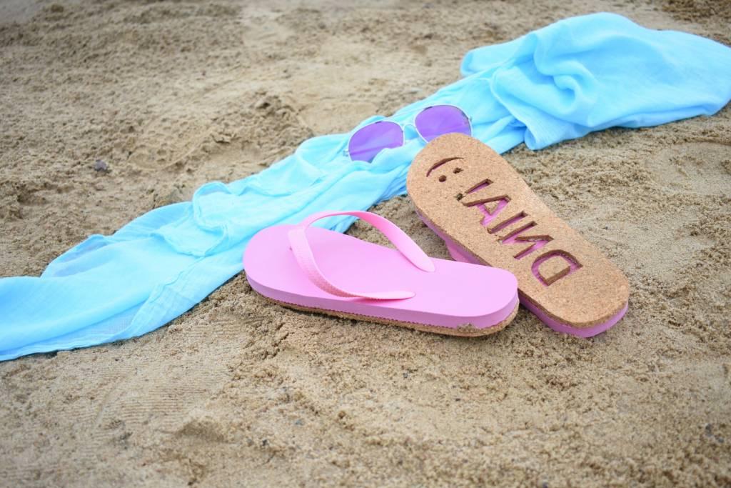 Klapki DIY z wiadomością na piasku